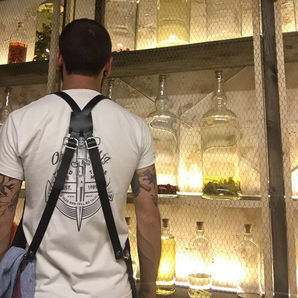 Delantal_arnés_cuero_macera_taller_bar_