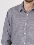 Camisa cuadros blanco y negro de hombre detalle