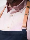 Detalle delantal azul con cuero